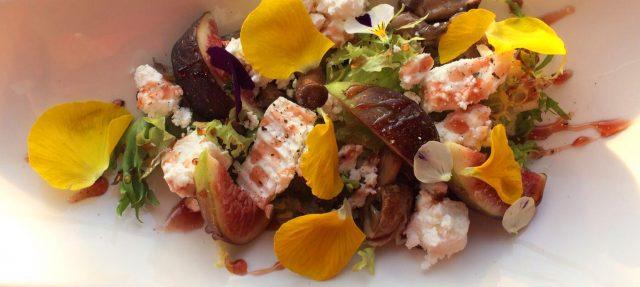 Probeer ons Bloemenmenu met een heerlijke salade met geitenkaas en eetbare bloemen